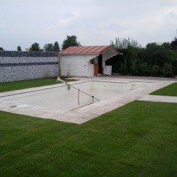 Gartengestaltung mit Gabione, Kies und Rollrasen