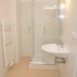 Badezimmer in schlichtem edlen Weiß