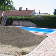 Swimming Pool und Gartenanlage