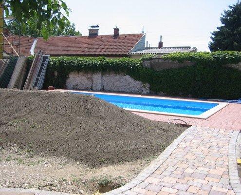 Swimming Pool und Gartenanlage