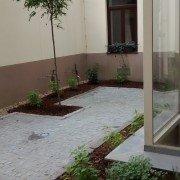 Granitkleinstein und Pflanzinseln in Innenhöfen