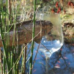 Holzfisch trifft auf überdimensionales Weinglas