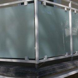 Balkongeländer mit Glasflächen