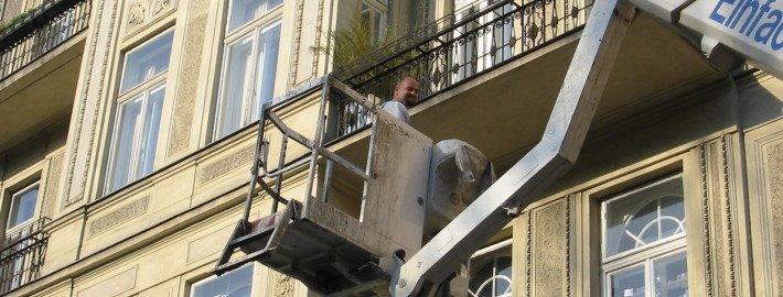 Hubsteigereinsatz für Akutmaßnahmen an der Fassade