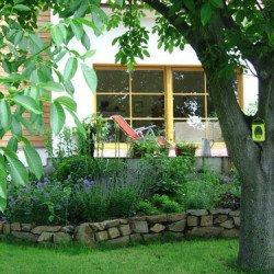 Natursteinmauer - im Frühling nach der Gartebnanlage