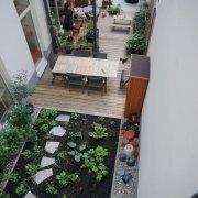Holzdeck, Kies, Pflanzflächen