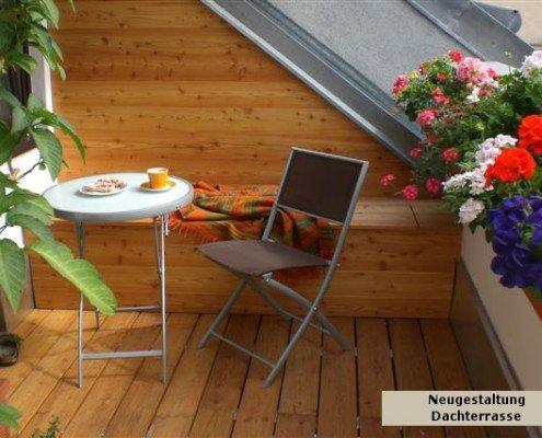 In Beton gehaltene Terrasse durch Holzvertäfelungen und Holzdielen aus Thermoholz verschönert