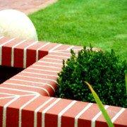Klinker ist eine Alternative zur Abgrenzung von Wasserflächen, Gartenwegen und Plätzen vom eigentlichen Grünbereich