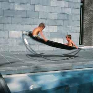 Schwimmbecken mit passenden Gartenmöbeln