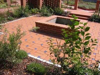 Gartengestaltung und Beeteinfassungen aus Klinker