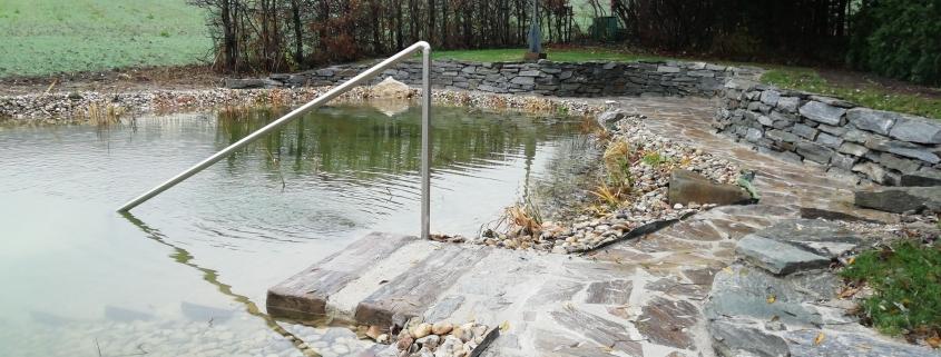 Schwimmteich mit Naturstein