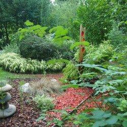 Besinnlichkeit und Einkehr im Naturgarten ohne versiegelte Flächen